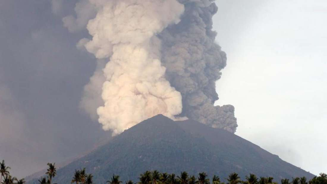 Der Vulkan Mount Agung auf Bali hat nach einer erneuten Eruption Asche hunderte Meter hoch in die Luft geschleudert. Die Behörden haben die höchste Alarmstufe ausrufen lassen.