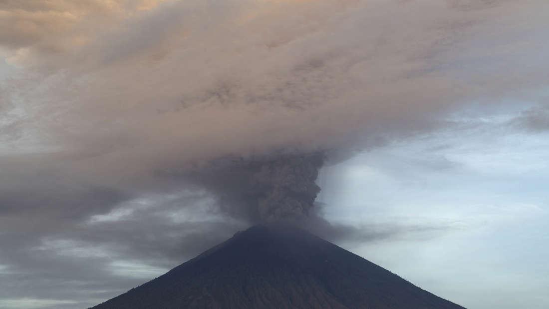 Vulkan Mount Agung auf Bali steht vor dem Ausbruch.