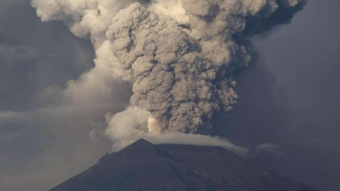 Der Vulkan Mount Agung spuckt Rauch und Asche. Wegen der Gefahr eines unmittelbar bevorstehenden Ausbruchs gilt auf Bali derzeit die höchste Alarmstufe. Foto:Donal Husni