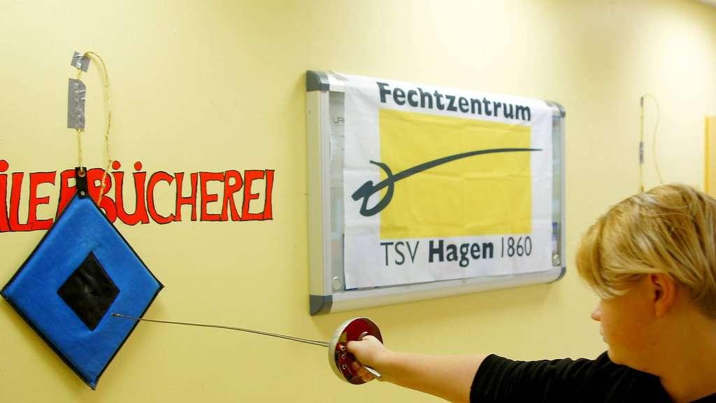 Am Stoßkissen sammelten die Schüler erste Erfahrungen mit dem ungewohnten Sportgerät. Foto: Bender