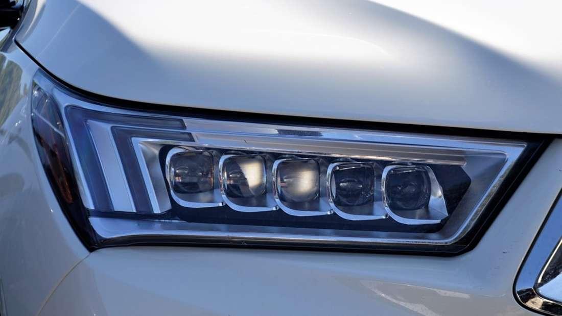 Seine Autos gehören eher zu den günstigeren Mosellen. So soll er schon in einemAcura TSX (s.o.), einem Honda Fit und einem VW gesichtet worden sein, wie der BusinessInsider berichtet.