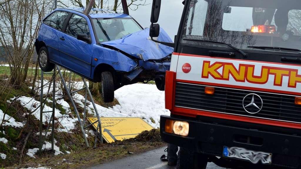 Unfall bei Halver: Lüdenscheiderin verletzt, Auto hinüber | Halver