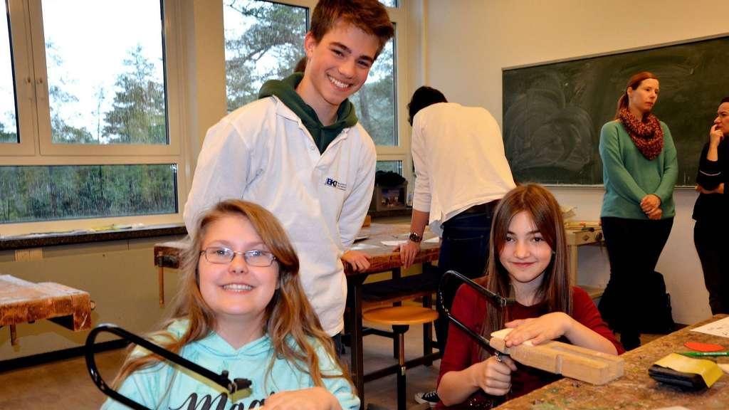 Insgesamt acht junge Leute vom Berufskolleg für Technik halfen den Mädchen aus den fünften Klassen beim Technikparcours.