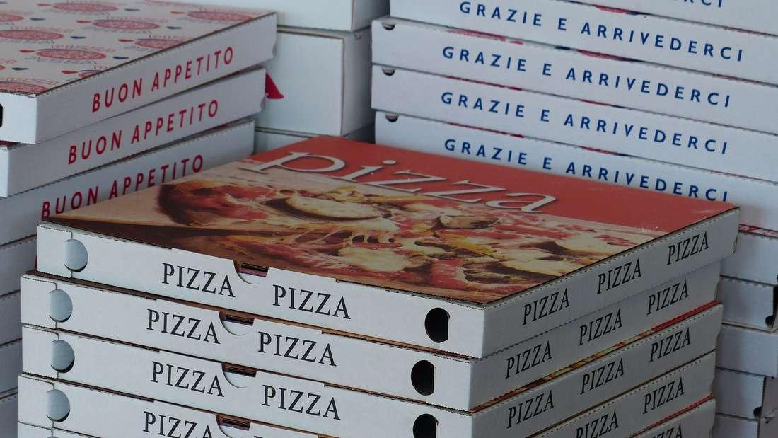 Pizzakartons bestehen aus Pappe, ganz klar - und die gehört in der Regel in die Papiertonne. Allerdings befinden sich in Pizzakartons oft Essensreste, weshalb das Material nicht mehr recycelt werden kann. Deshalb müssen benutzte Pizzakartons in den Restmüll.