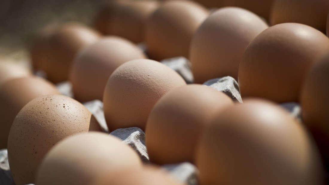 Aus Angst vor Salmonellen oder auch nur, um Schmutz zu entfernen, waschen manche rohe Eier nach dem Einkauf ab. Das kann die natürliche Schutzschicht beschädigt, Keime dringen leichter in das Innere des Eis ein.
