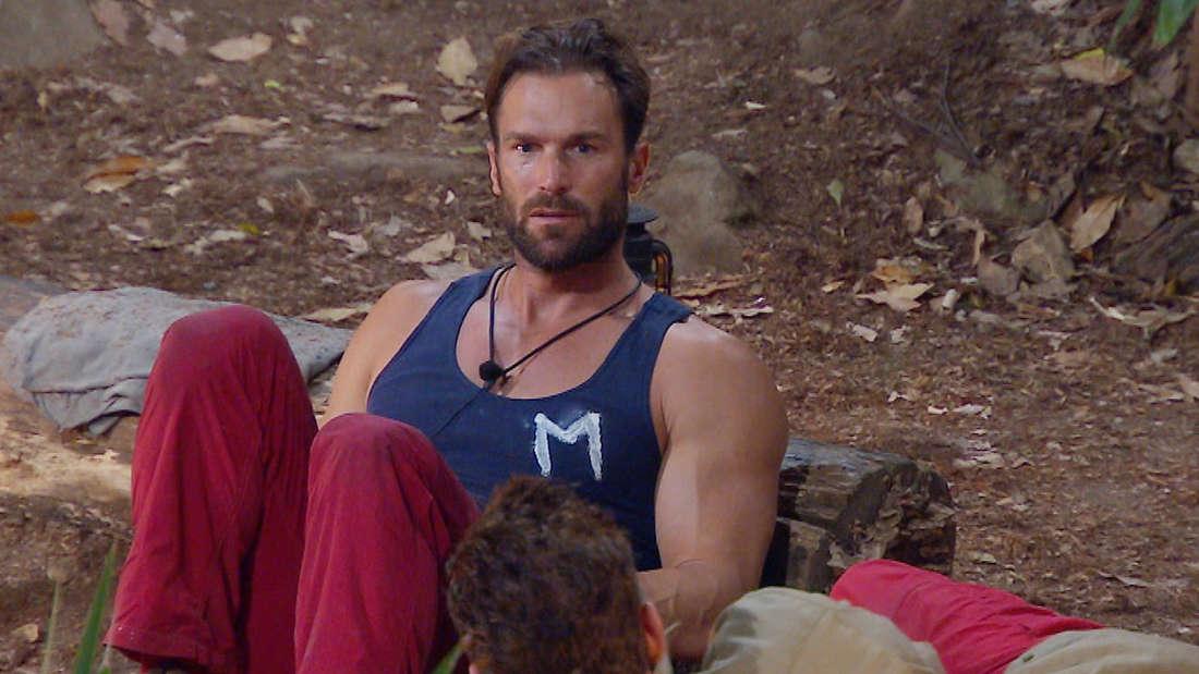 """Bastian Yotta trägt im Dschungelcamp 2019 den Buchstaben """"M"""" auf seiner Brust."""