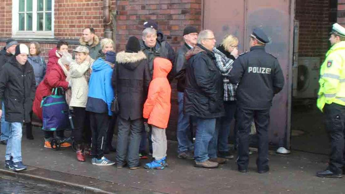 Sie alle wollten sich ins Kondolenzbuch für ihren TV-Helden Jan Fedder eintragen. Dafür warten sie bei Schietwetter vor einem Seiteneingang Davidwache (in der Davidstraße).