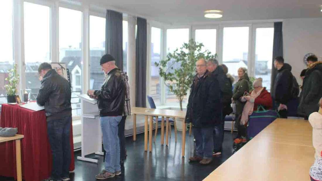 Trauernde aus ganz Deutschland verabschieden sich mit einem Eintrag ins Kondolenzbuch in der Davidwache.