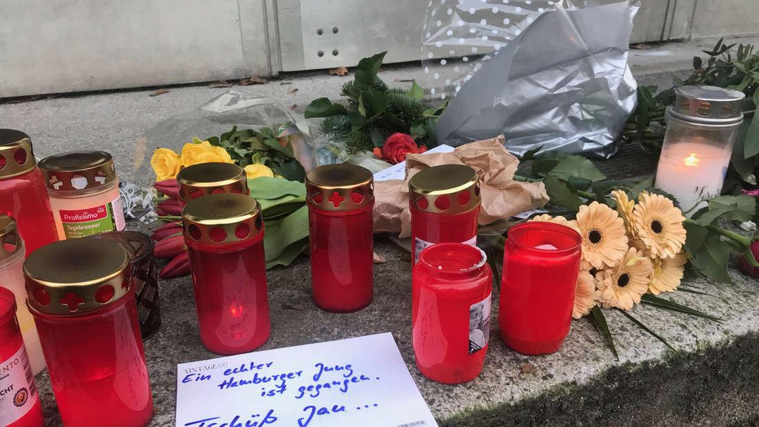 Hamburger nehmen Abschied von TV-Star Jan Fedder, mit Blumen, Kerzen und Kondolenz-Schreiben vor dem ehemaligen Drehort des Großstadtreviers, in Hamburg-Altona