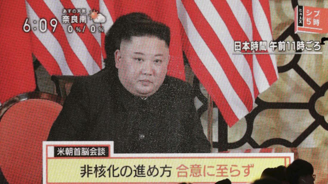 Eine öffentliche Monitorwand zeigt eine Nachrichtensendung die über das Treffen des nordkoreanischen Machthabers Kim mit US-Präsidenten Trump berichtet. Der zweite Gipfel endete ohne jede konkrete Vereinbarung.