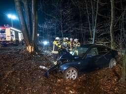 Wieder ein schwerer Unfall auf der L528 - BMW prallt gegen Baum