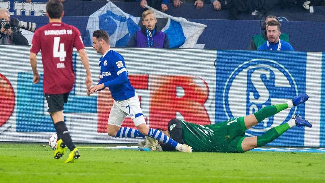 Die entscheidende Szene des Hinspiels: Schalkes Mark Uth (links) wurde von Keeper Tschauner elfmeterreif zu Fall gebracht