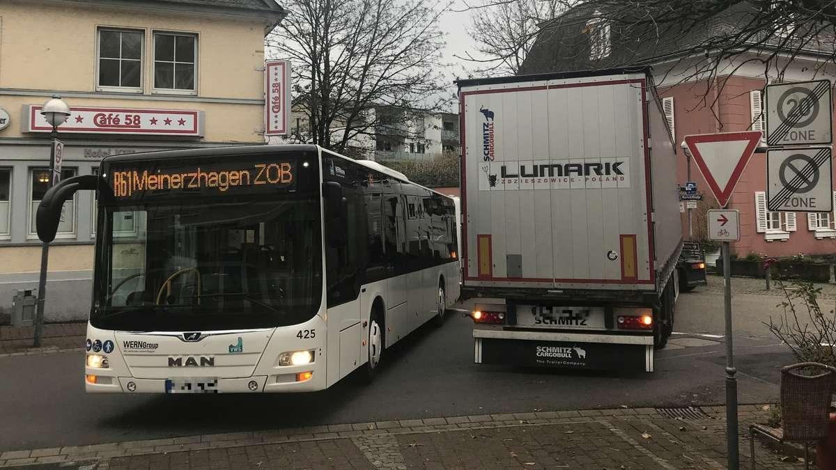 Nichts ging mehr: Bus und Lastwagen verkeilen sich | Meinerzhagen - Meinerzhagener Zeitung