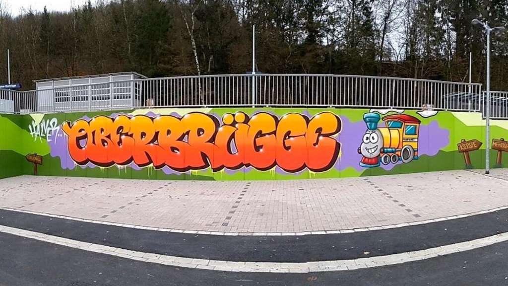 Der Bahnhof hat Farbe bekommen: Graffiti-Künstler Yves Thomé verpasste dem Halt in Oberbrügge einen Schriftzug.
