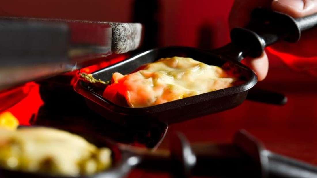 Raclette ist ein beliebter Party-Klassiker - und lässt sich auch ohne Tristesse und Fettnäpfchen gestalten. Foto: dpa-tmn