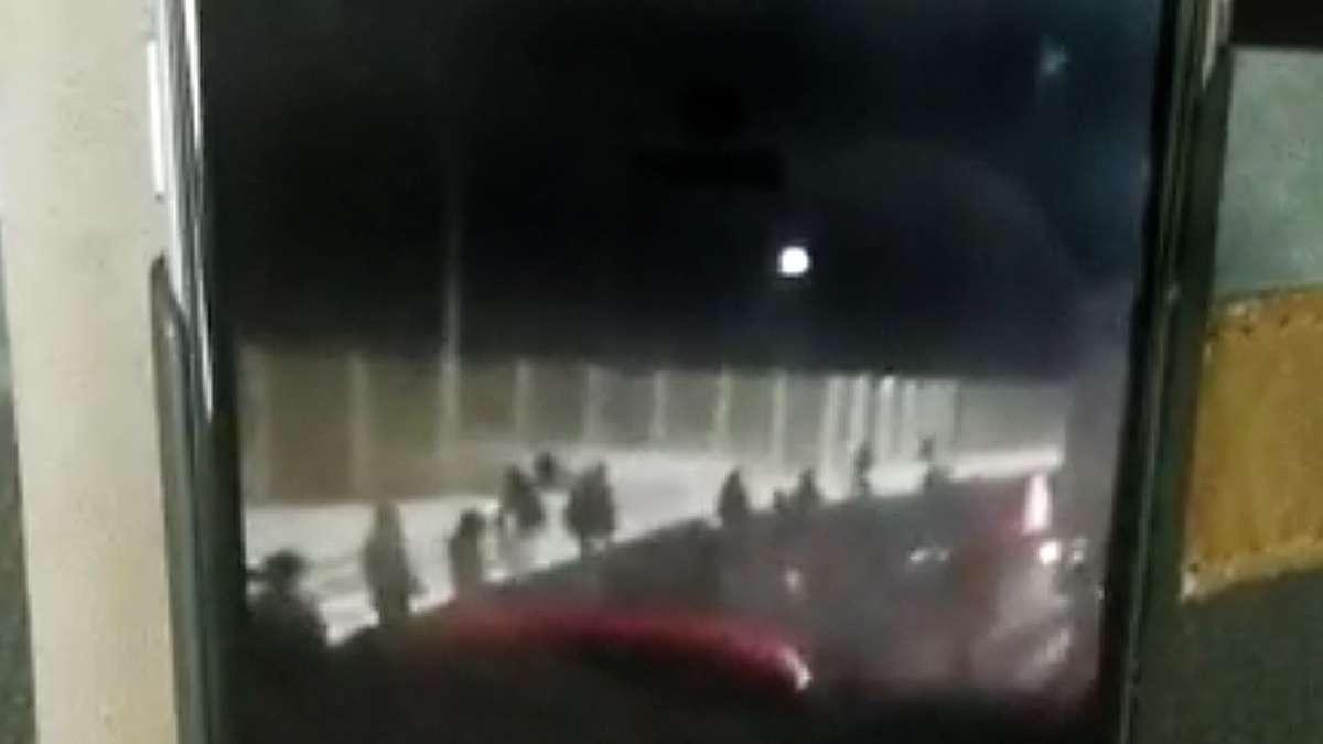 Schüler in Angst: Bus in Calais angegriffen - Video zeigt Attacke
