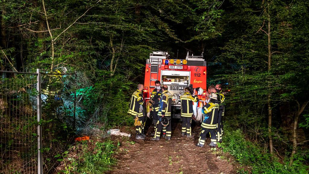Die Feuerwehr hatte den Brand in einem Unterstand im Waldstück an der Industriestraße in Halver schnell unter Kontrolle.