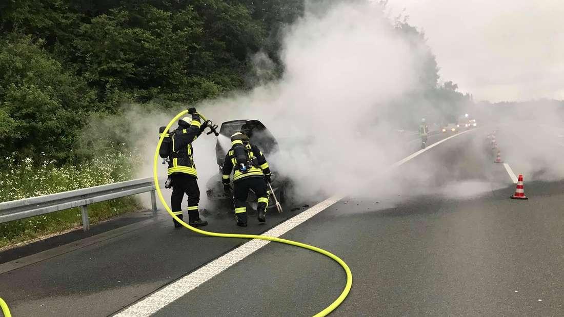 Die Feuerwehr Gerlingen löscht ein brennendes Auto auf der A45 bei Olpe.