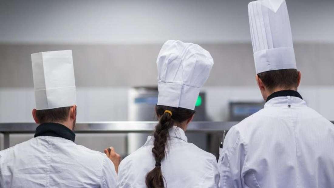Für manche Berufe ist spezielle Berufskleidung vorgeschrieben - wie etwa Kochmütze und Kochjacke. Foto: Jens Büttner/dpa-Zentralbild/dpa-tmn