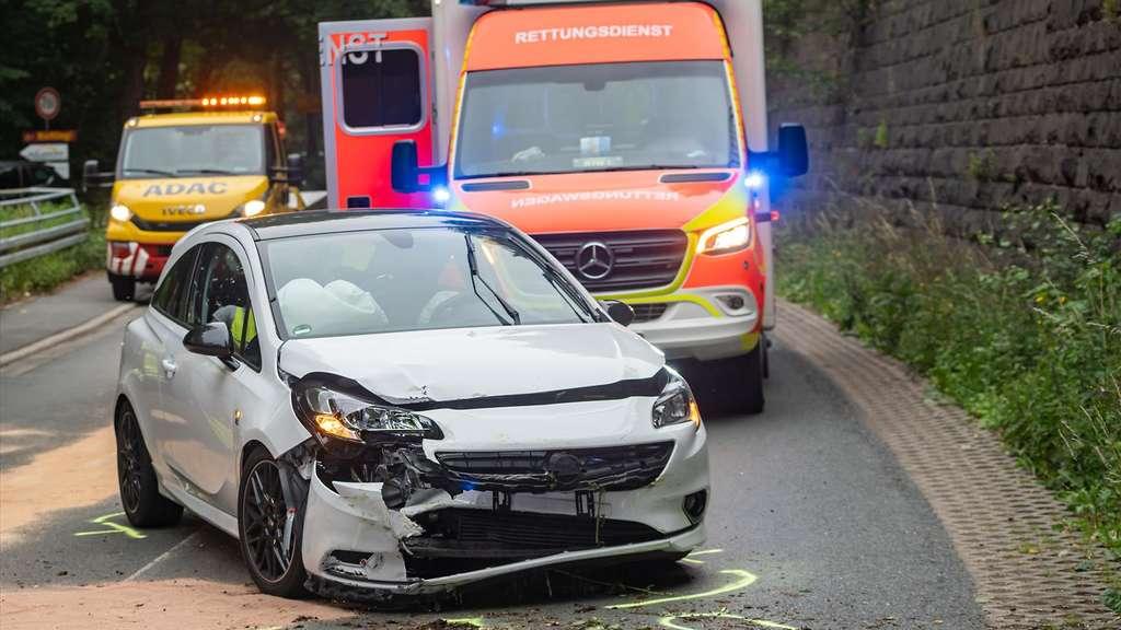 Unfall auf der B54: Fahranfänger (18) kracht gegen die Mauer