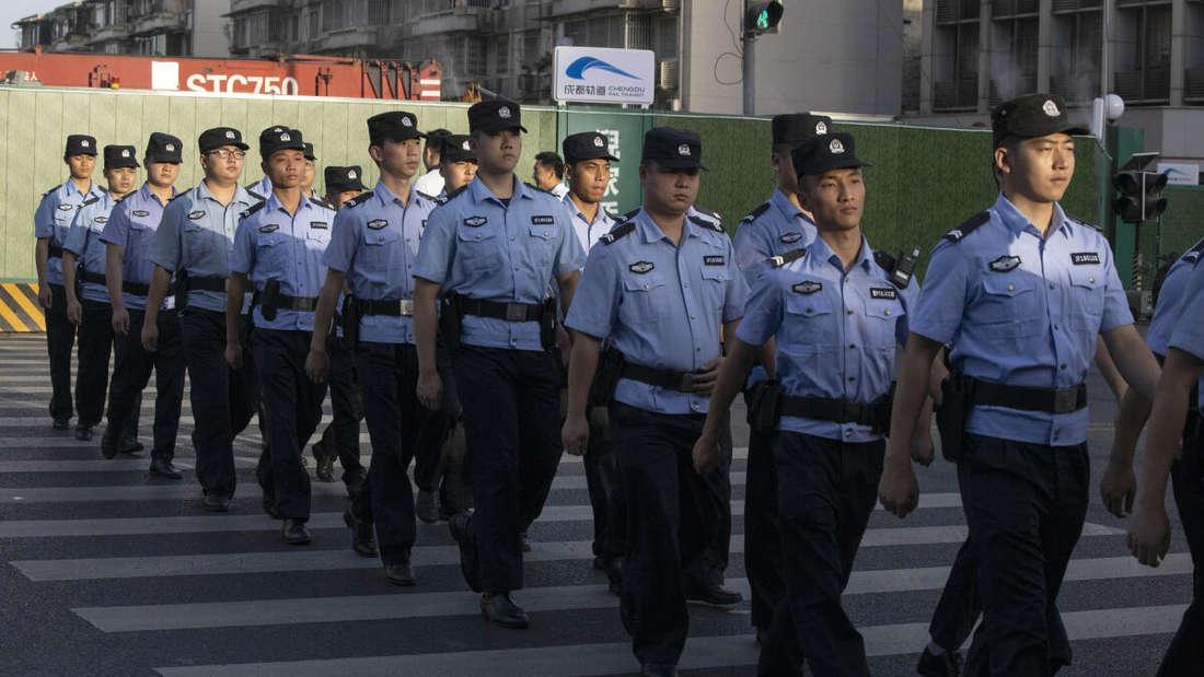 Polizisten auf den Straßen der Stadt Chengdu in China.