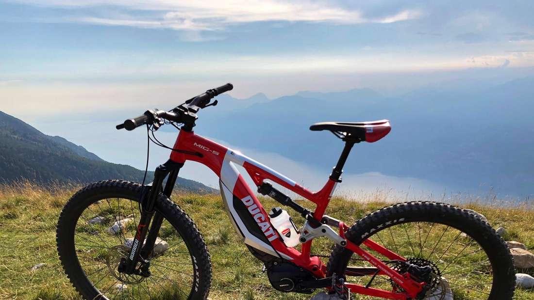 Testobjekt: Das E-Bike MIG-S von Ducati über dem Gardasee.