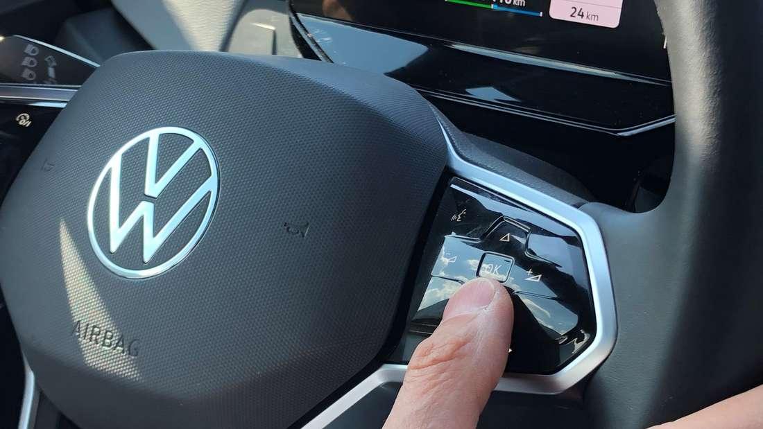 Lenkrad im ID.3: Die Musiksteuerung findet VW-Chef Herbert Diess noch verbesserungsfähig.
