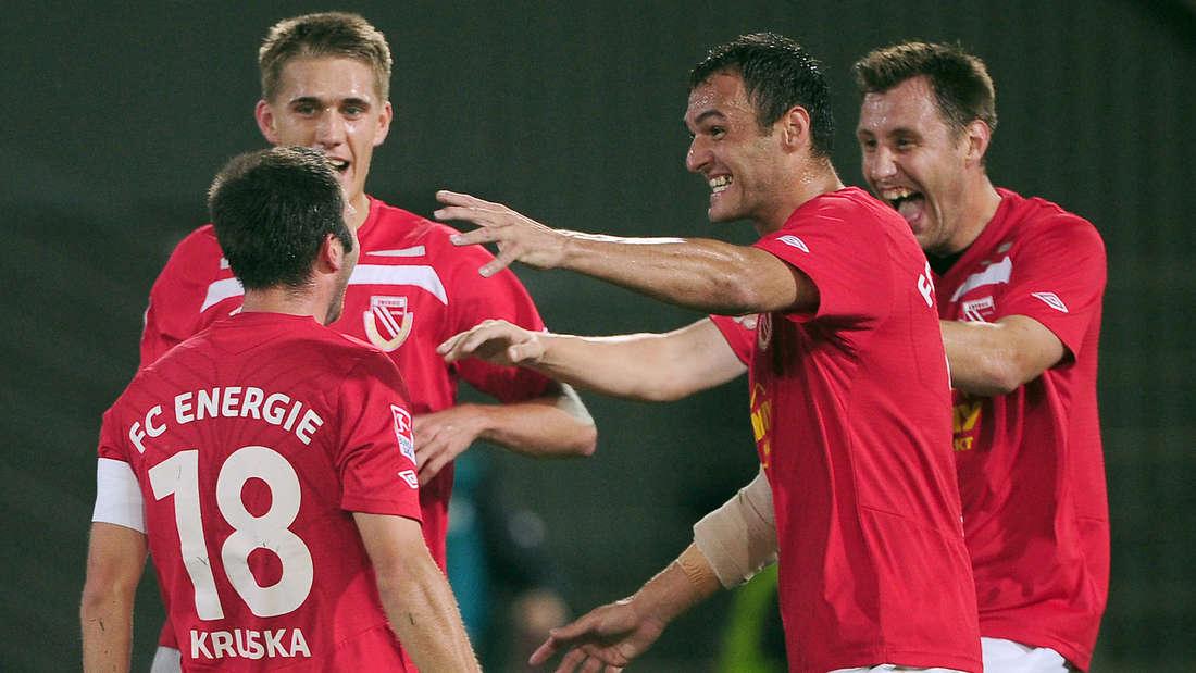 Emil Jula (2. v. r.) jubelt mit seinen Kollegen vom FC Energie Cottbus.