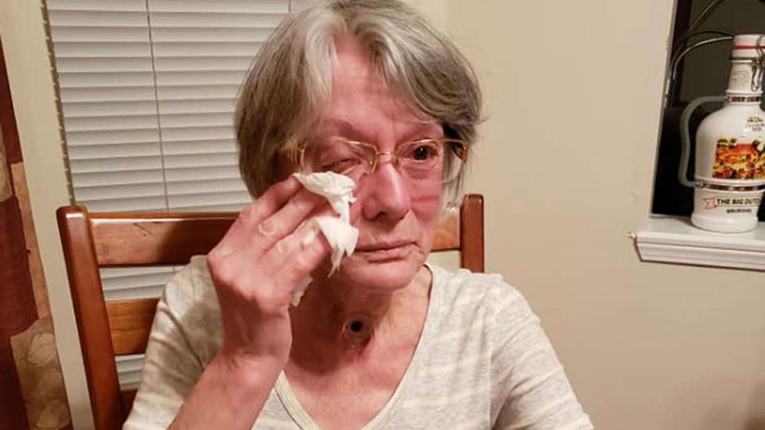 Elaine Arbeau wischt sich nach dem Verweis aus der Bingo-Halle eine Träne aus dem Auge.