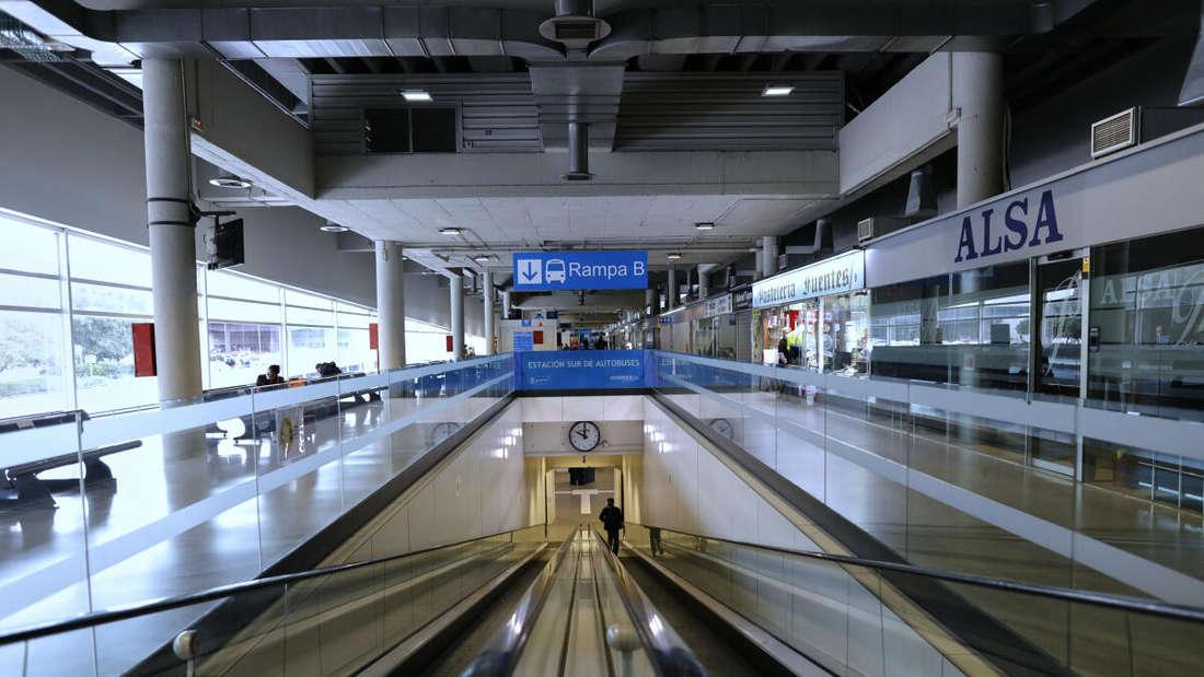 Kaum ein Mensch ist am Madrider Busbahnhof Süd am zweiten Tages der neuen Mobilitätsbeschränkungen unterwegs. Jesús Hellín/EUROPA PRESS/dpa