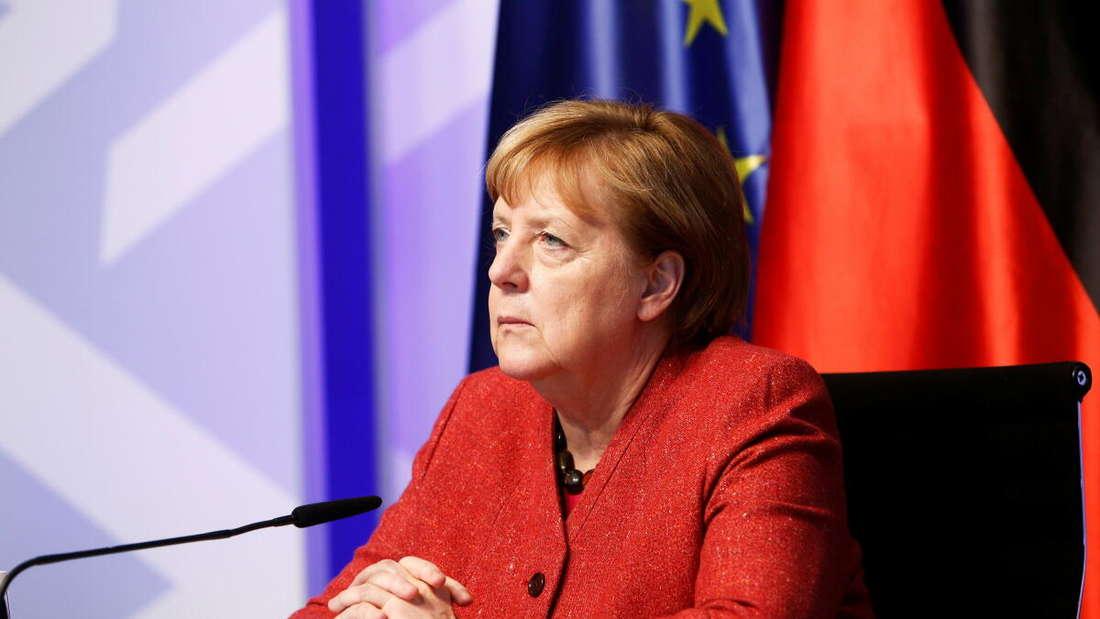 Bundeskanzlerin Angela Merkel lauscht einer Video-Schalte.