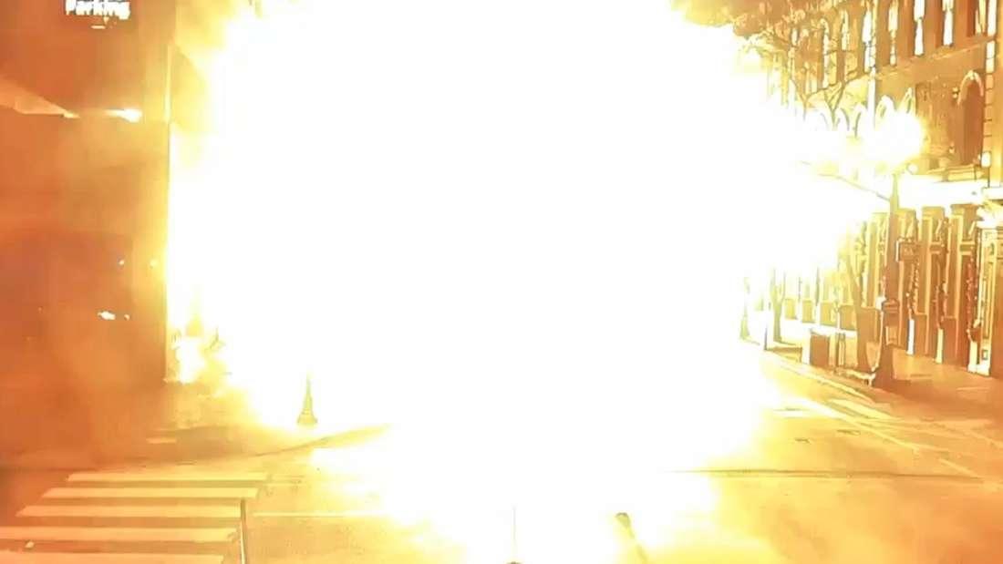 In einer Straße ereignet sich eine Explosion.