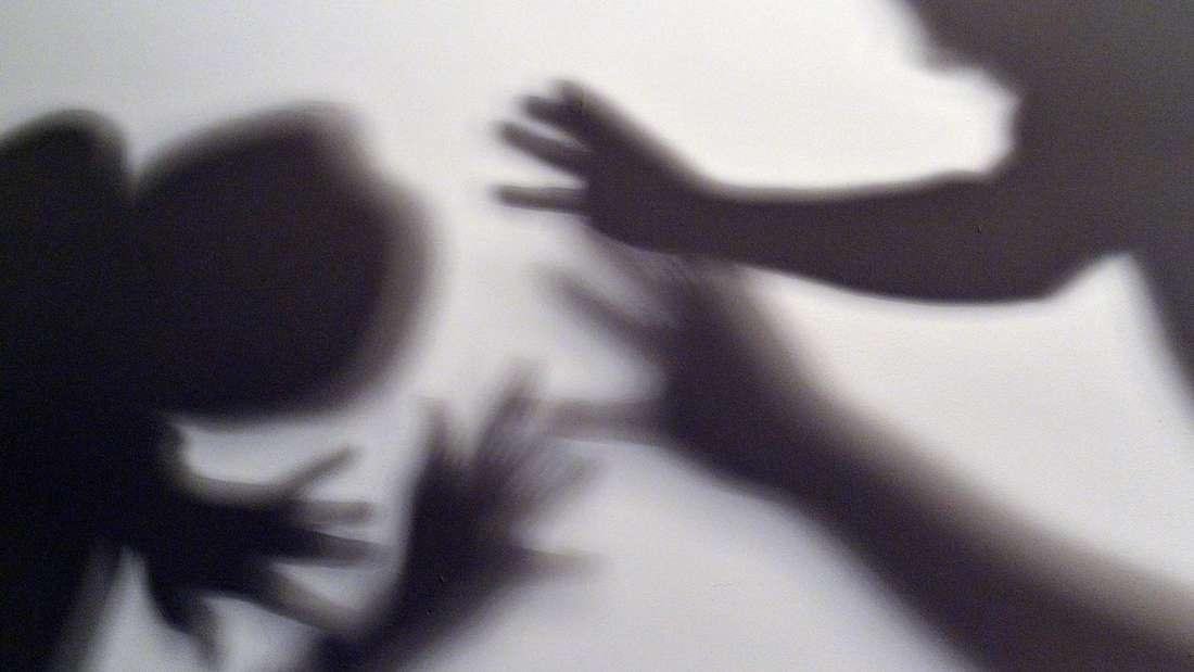 Ein noch unbekannter Täter hat laut Polizei und Staatsanwaltschaft in Olpe eine Frau vergewaltigt.