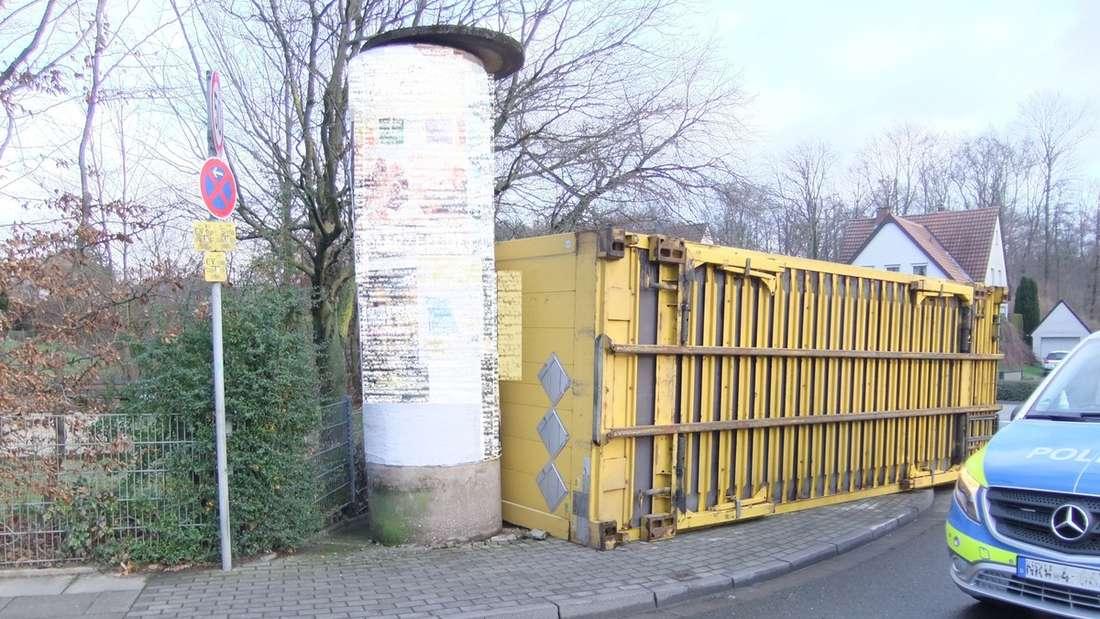 In Bielefeld ist ein Lkw-Anhänger auf den Gehweg gekippt.