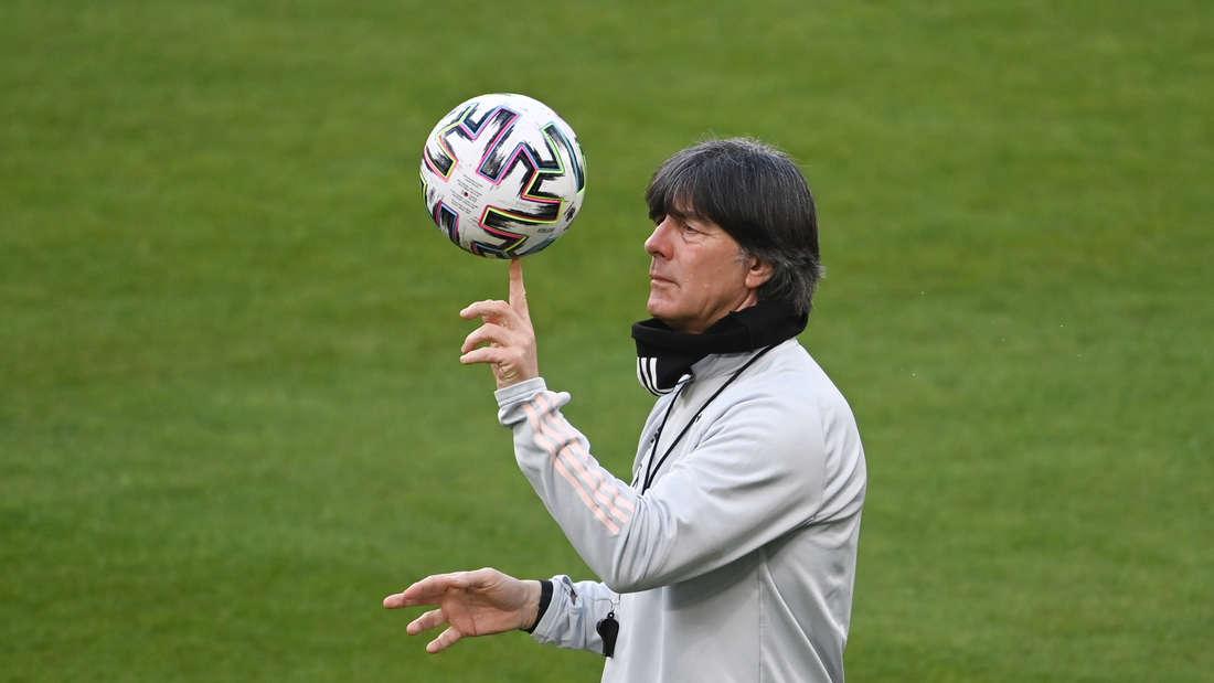 Bundestrainer Jogi Löw beim Training vor dem WM-Quali-Spiel der deutschen Nationalmannschaft gegen Island.