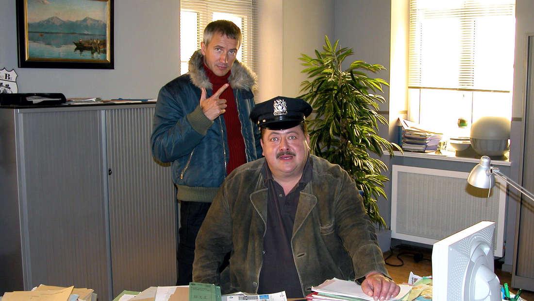 """""""Die Rosenheim-Cops"""" Markus Böker (Rolle Ulrich Satori) und Joseph Hannesschläger (Korbinian Hofer) im neuen Kommissariat.  Aufgeräumt war der Schreibtisch des Hauptkommissars selten zu sehen - eigentlich nie"""