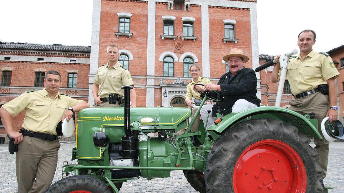 Joseph Hannesschläger im Chiemgau unterwegs auf den Spuren der Rosenheim Cops - mit echten Polizisten und Traktor vor dem Rathaus
