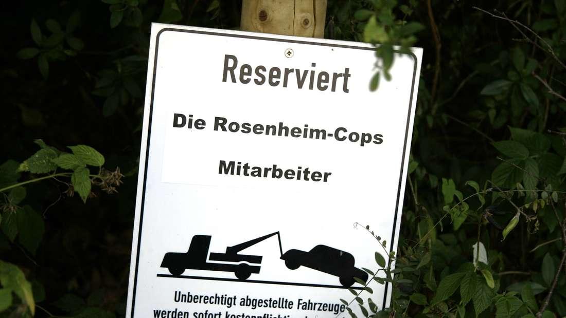 """Ein Schild auf dem Mitarbeiter Parkplatz für """"Die Rosenheim Cops"""" im Bavaria Film Park in München."""