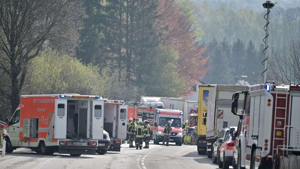 Schwerer Unfall auf der B229: Viele Einsatzkräfte sind vor Ort.
