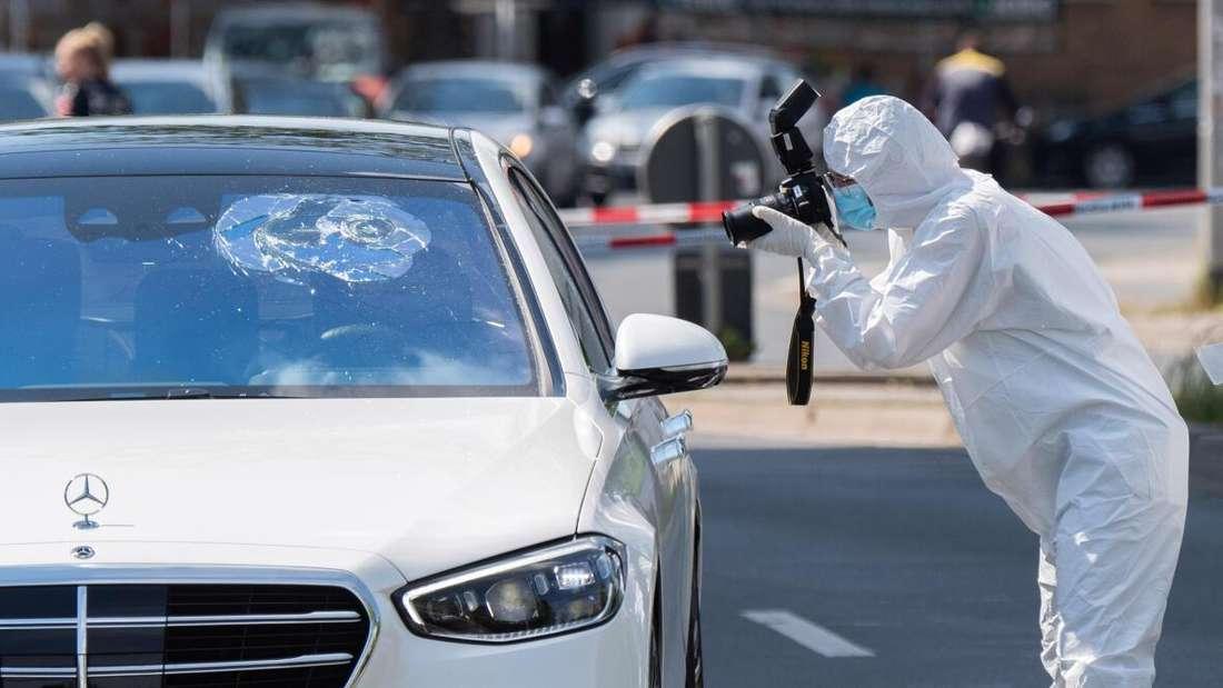 Ein Mitarbeiter der Spurensicherung der Polizei fotografiert nach tödlichen Schüssen in Hannover an einem Tatort an der Herschelstraße.