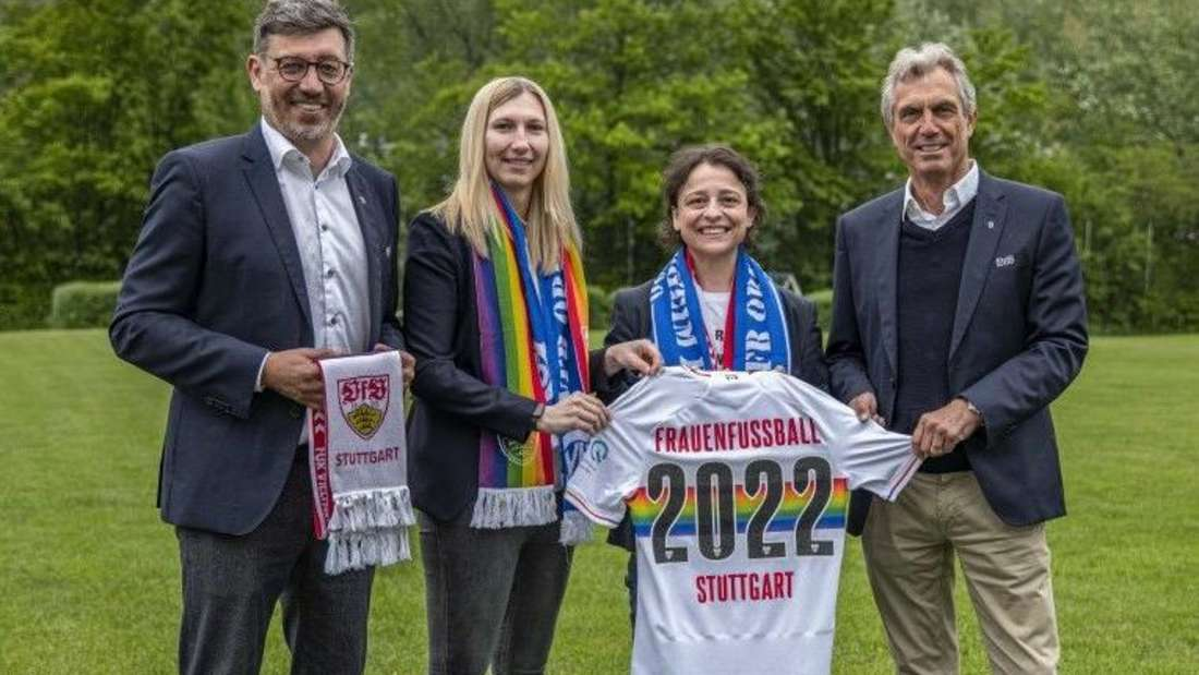 Die Verantwortlichen des VfB Stuttgart halten ein Trikot des Frauenfußball-Teams in die Kamera.