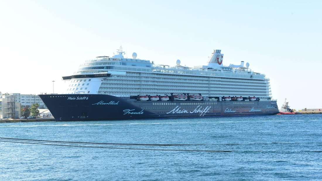"""""""Mein Schiff 6"""" von Tui Cruises in Piräus in Griechenland."""