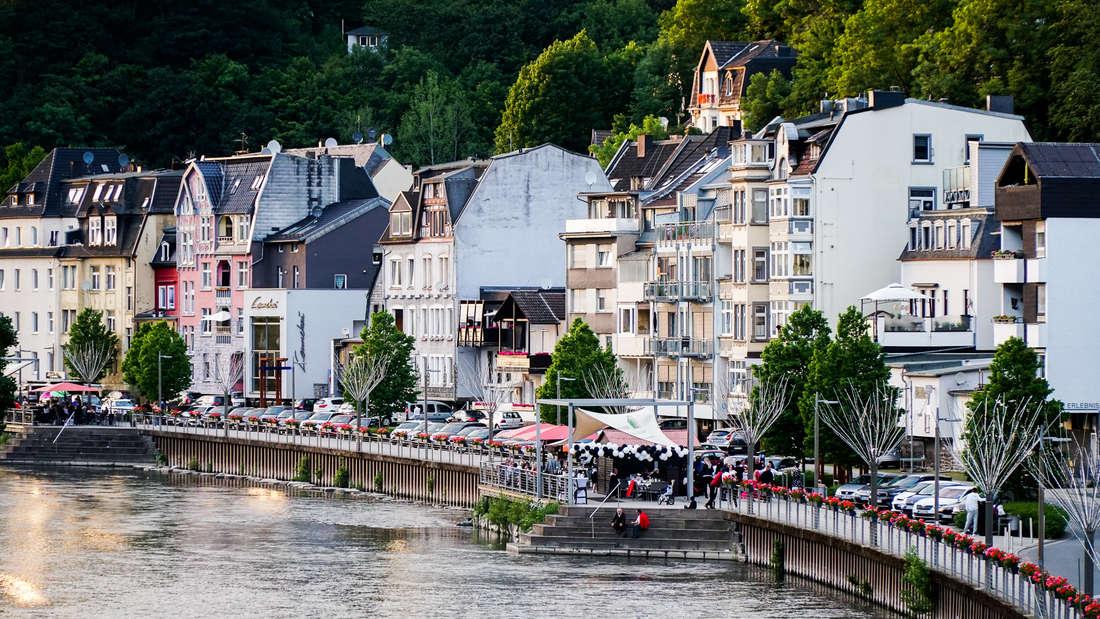 Die beiden Lenneterrassen in Altena gegen 21.30 Uhr am Samstagabend. Lage und Angebot der Außengastronomien locken viele Gäste in die Burgstadt.