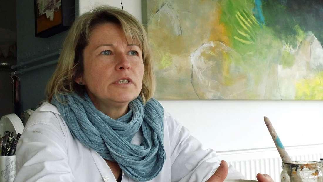 Pandemie im Zeitraffer: Die Werdohler Künstlerin Annette Kögel stellt ihre Bilder-Serie im Kiersper Rathaus aus.