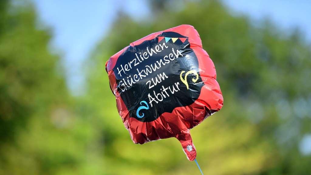 """""""Herzlichen Glückwunsch zum Abitur"""" steht auf einem Gasballon."""