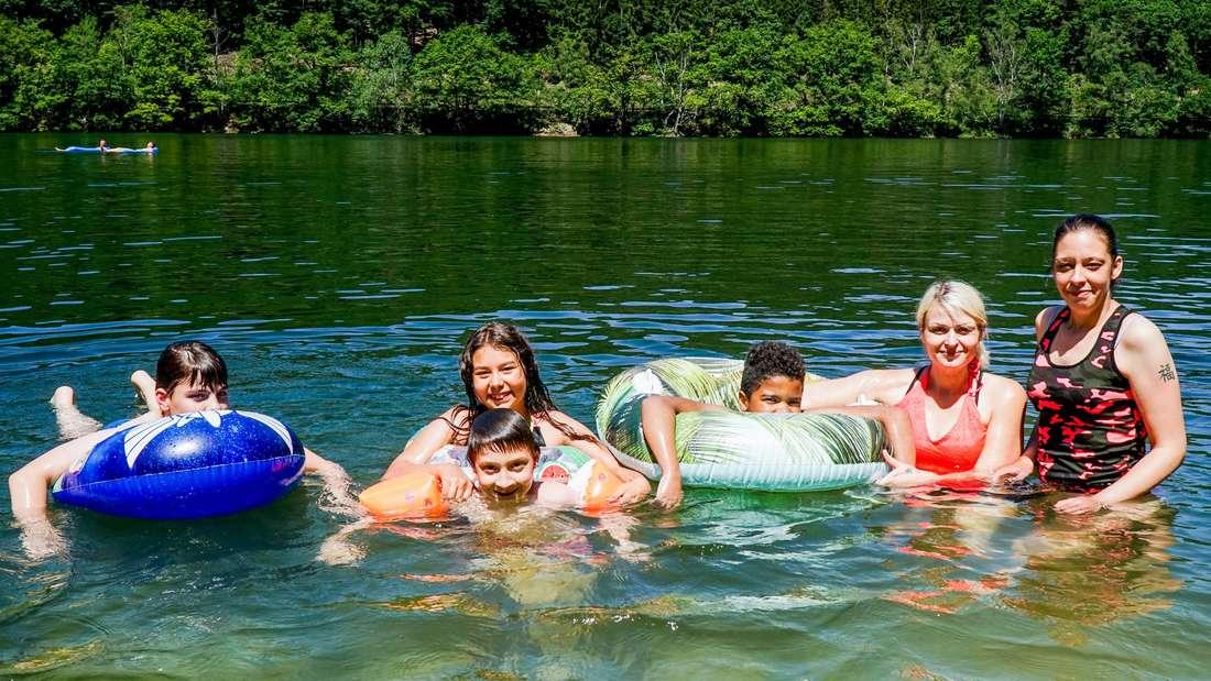 Christina Trapp (re.) und Elina Marquardt (2. v. re.) mit Luis, Alejandra, Jamain und Jayden.