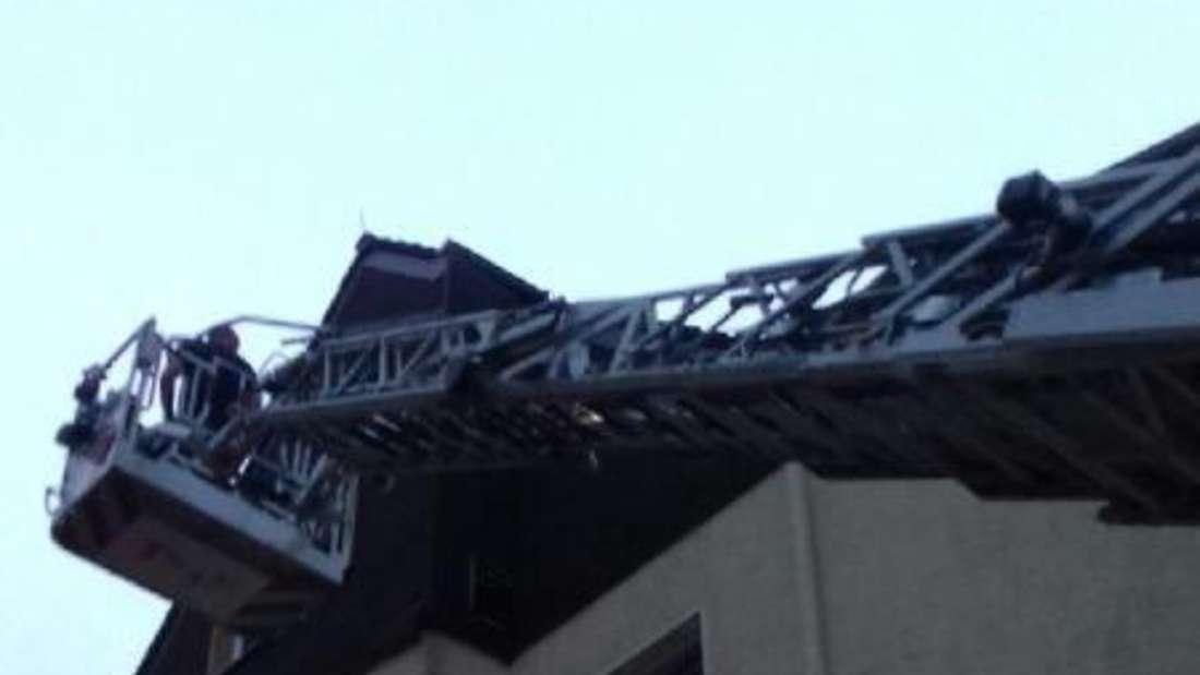 Mit der Drehleiter musste die Feuerwehr am Stapel in Altena anrücken, weil eine Schieferplatte auf die Straße zu fallen drohte.