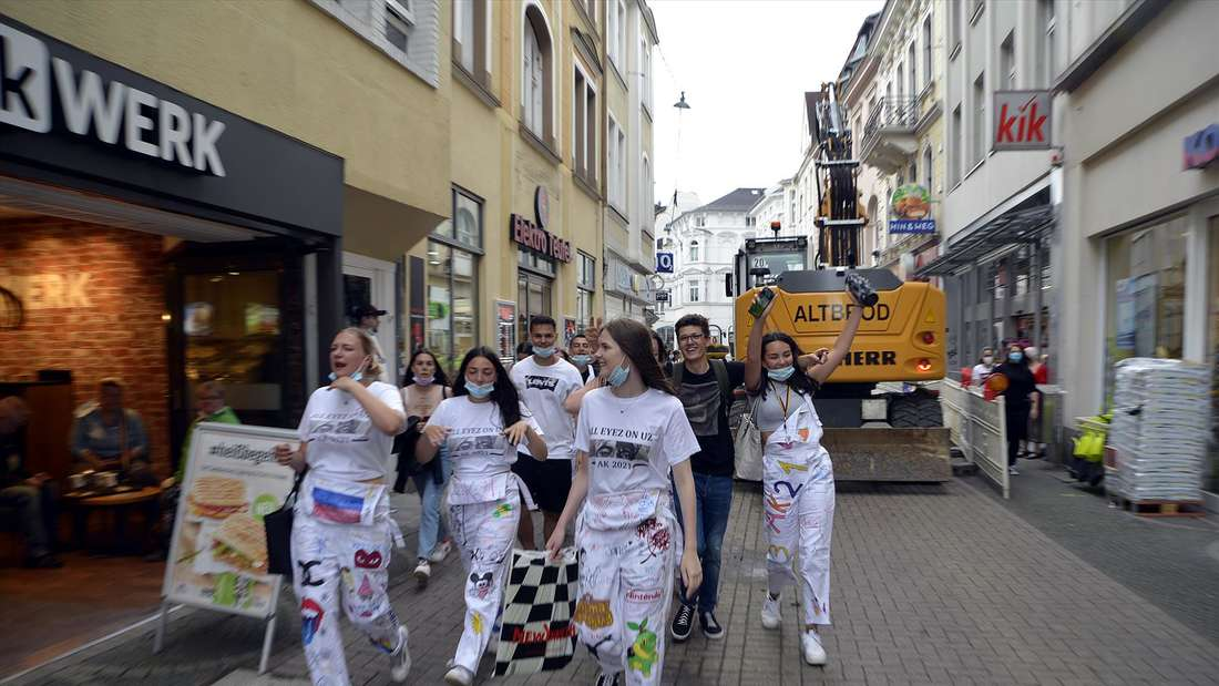 Lüdenscheider THR-Schüler ziehen durch die Innenstadt