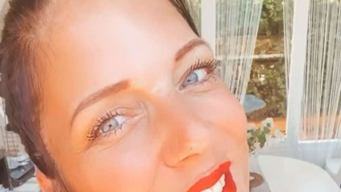 Daniela Büchner macht ein Selfi und lächelt