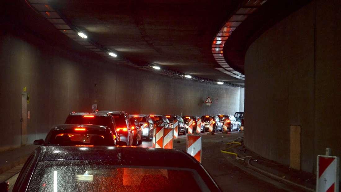 Rückstau bis in den Tunnel hinein: Der Rathaustunnel bleibt noch bis Herbst 2023 Nadelöhr.